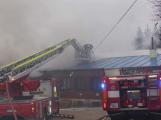 Plameny pohltily budovu restaurace v kempu u Věšína, hasiči vyhlásili druhý stupeň poplachu (1)