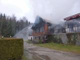 Plameny pohltily budovu restaurace v kempu u Věšína, hasiči vyhlásili druhý stupeň poplachu (8)