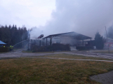 Plameny pohltily budovu restaurace v kempu u Věšína, hasiči vyhlásili druhý stupeň poplachu (10)
