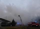 Plameny pohltily budovu restaurace v kempu u Věšína, hasiči vyhlásili druhý stupeň poplachu (13)