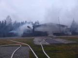 Plameny pohltily budovu restaurace v kempu u Věšína, hasiči vyhlásili druhý stupeň poplachu (14)