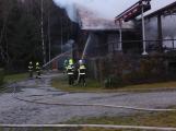 Plameny pohltily budovu restaurace v kempu u Věšína, hasiči vyhlásili druhý stupeň poplachu (15)