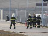Vozidlo na čerpání betonu zasáhlo o elektrické vedení, hasiči povolali energetiky ()