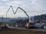 Vozidlo na čerpání betonu zasáhlo o elektrické vedení, hasiči povolali energetiky (2)
