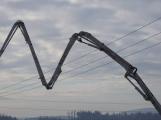 Vozidlo na čerpání betonu zasáhlo o elektrické vedení, hasiči povolali energetiky (3)