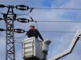 Vozidlo na čerpání betonu zasáhlo o elektrické vedení, hasiči povolali energetiky (5)