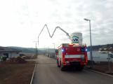 Vozidlo na čerpání betonu zasáhlo o elektrické vedení, hasiči povolali energetiky (6)