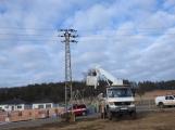 Vozidlo na čerpání betonu zasáhlo o elektrické vedení, hasiči povolali energetiky (7)
