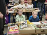 Přibližně 480 dětí dnes poprvé zasedlo do školních lavic ()