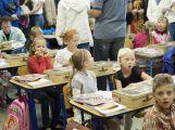Přibližně 480 dětí dnes poprvé zasedlo do školních lavic (1)