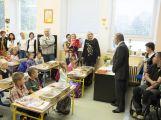 Přibližně 480 dětí dnes poprvé zasedlo do školních lavic (4)