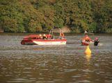 Hasiči zachraňovali tonoucí posádku z převrácené lodi, naštěstí jen cvičně ()