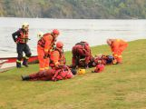 Hasiči zachraňovali tonoucí posádku z převrácené lodi, naštěstí jen cvičně (1)