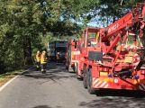 Za obcí Hluboš se převrátil návěs s prasaty, silnice je uzavřena (1)