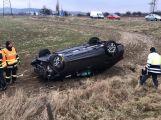 Aktuálně: Řidička nedala přednost a skončila na střeše (4)