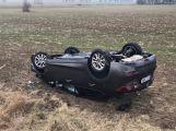 Aktuálně: Řidička nedala přednost a skončila na střeše (6)