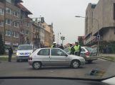 Uzavřená oblast se zvětšuje, policisté odklánějí dopravu už u soudu ()