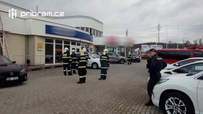 Požár sazí v komíně v autosalonu na Evropské …