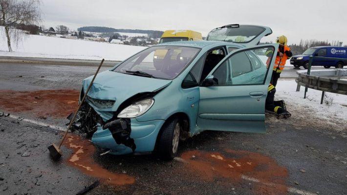 Dopravní nehoda dvou osobních vozidel zcela …