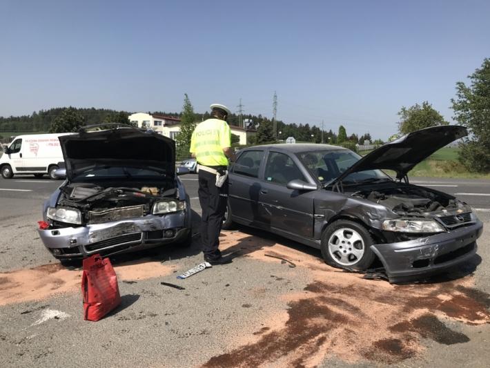Dopravní nehoda dvou osobních vozidel značně …