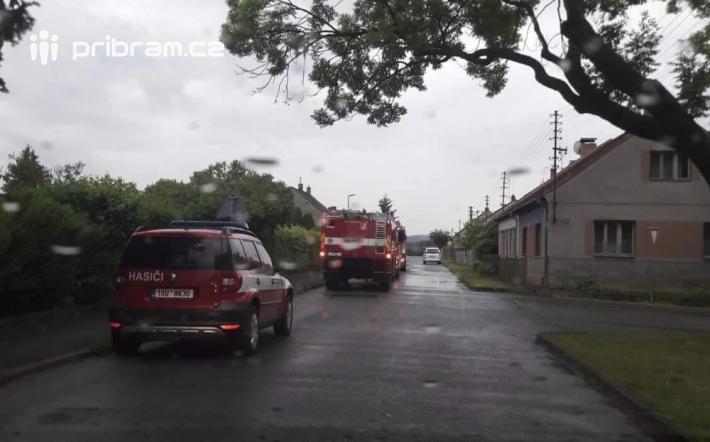 19:37 Stará Huť: Po zásahu blesku hasiči …