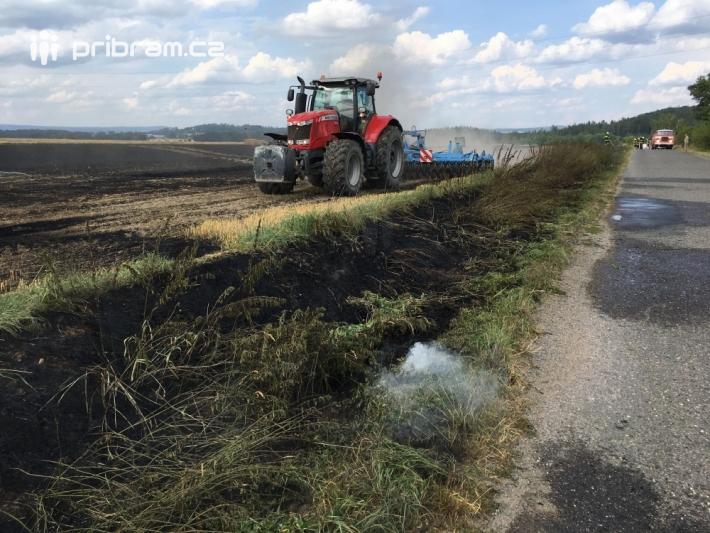 Požár pole u obce Počaply na Příbramsku …