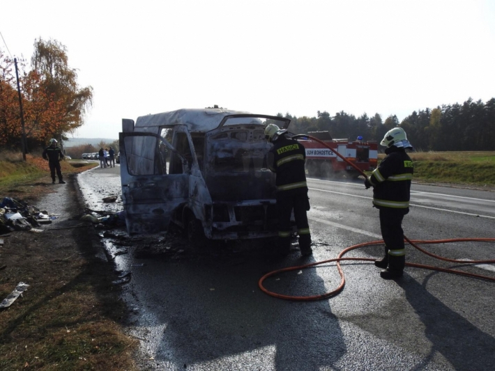 Hasiči aktuálně zasahují u požáru dodávkového …