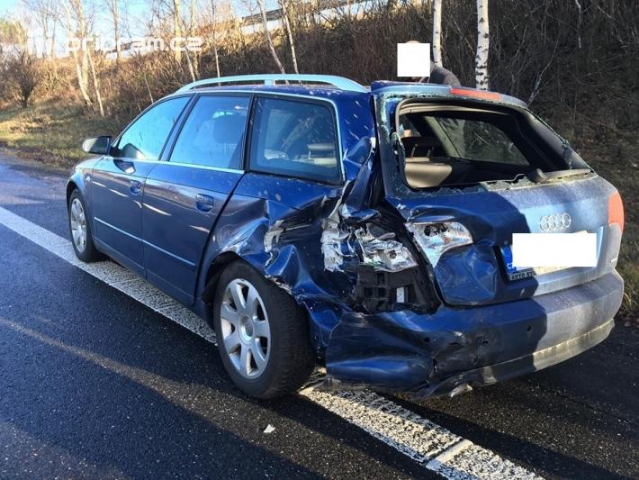 Dopravní nehoda dvou osobních vozidel povolala …