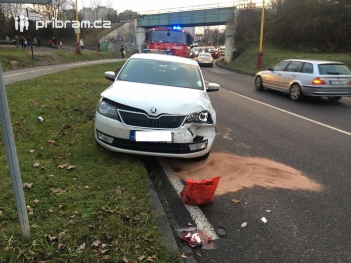 Dopravní nehoda dvou osobních vozidel mezi …