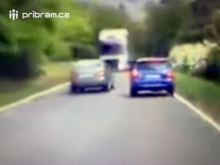 15. VIDEO Z PALUBNÍ KAMERY: Šílený řidič unikl …