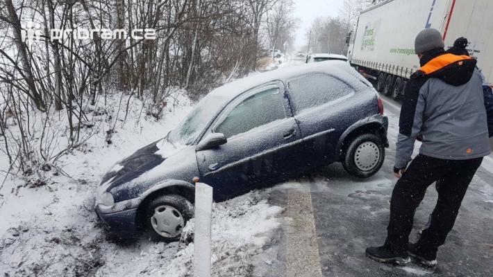 Dopravní nehoda - na silnici 18 u obce Láz