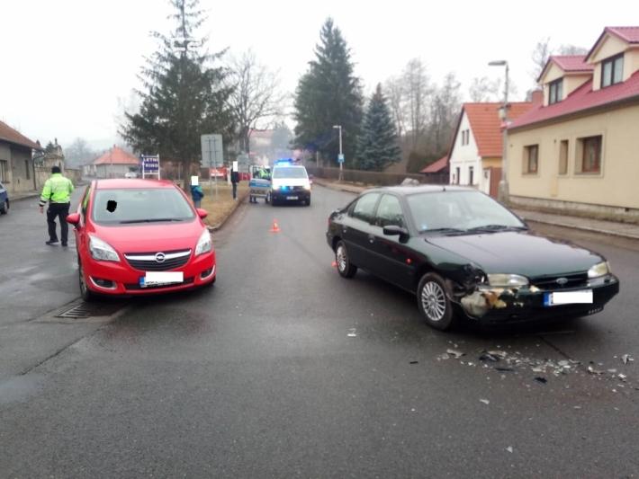 Dopravní nehoda dvou osobních vozidel částečně …