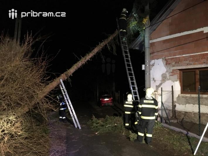 Vyvrácený strom v obci Jesenice.