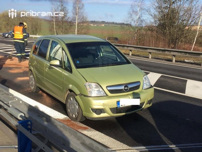 Dopravní nehoda tří osobních vozidel značně …