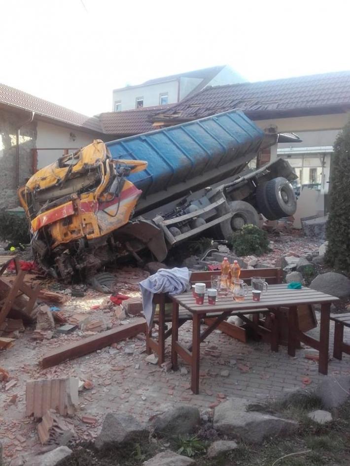 Vážná dopravní nehoda zastavila dopravu v …