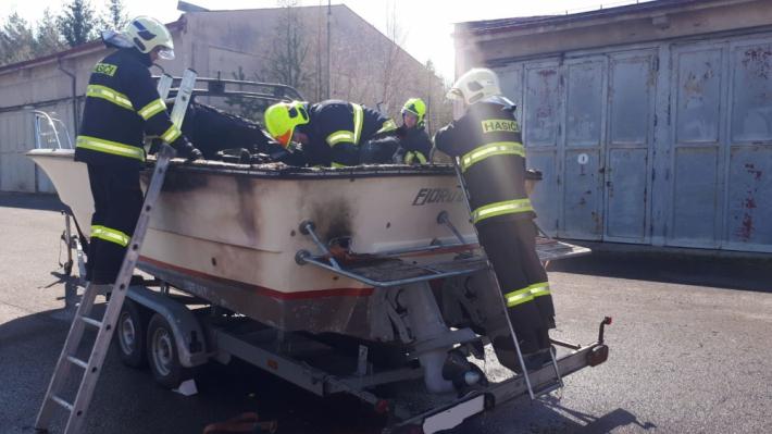 Zranění dvou osob si vyžádal požár lodi v …