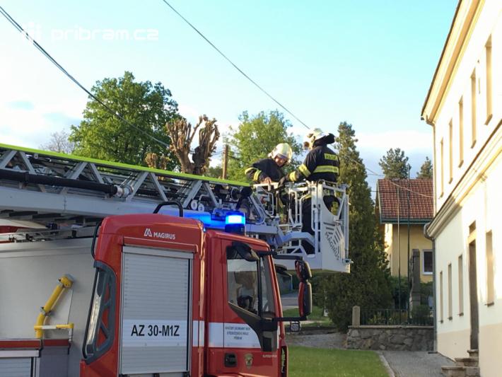 Dobrovolní hasiči, za asistence profesionální …
