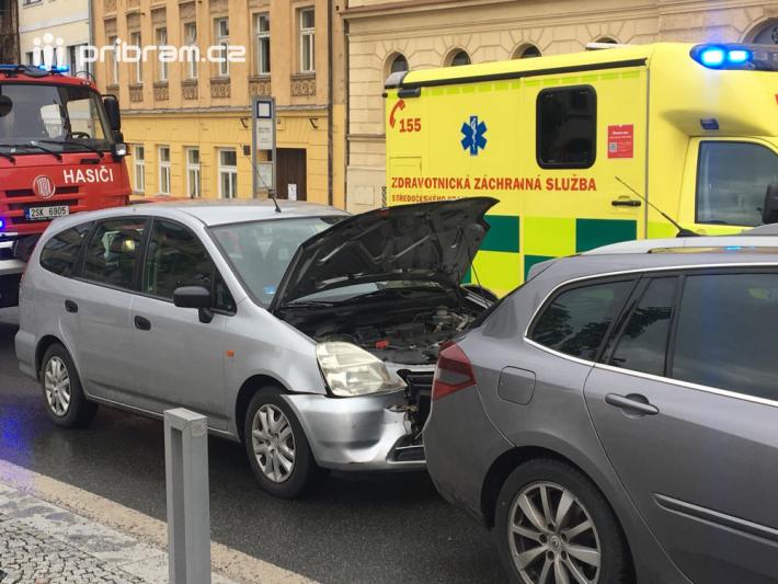 Dopravní nehoda čtyř vozidel značně komplikuje …