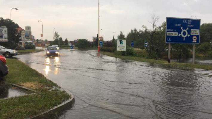 Přívalové deště a bouřka komplikuje dopravu na …