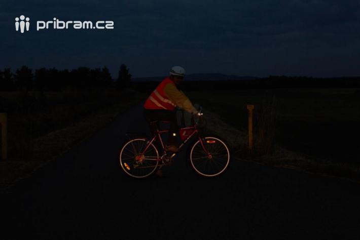Zboku: Cyklista projíždějící křižovatkou …