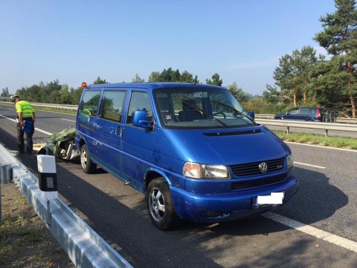 Nehoda dvou dodávkových automobilů částečně …
