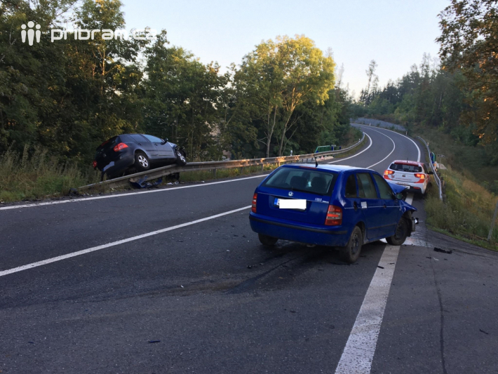 Dopravní nehodu dvou osobních vozidel …
