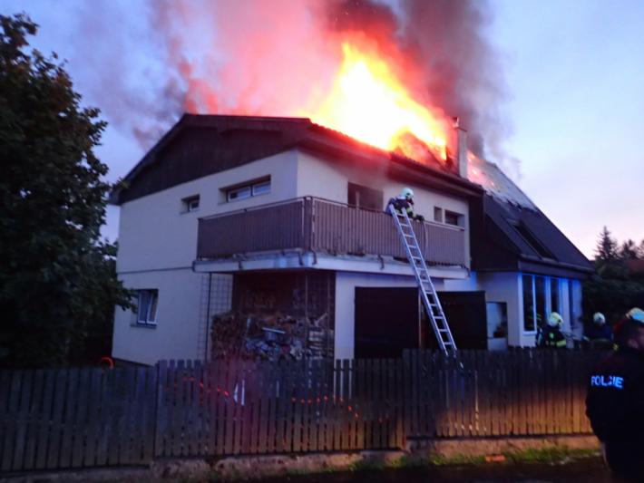 Rozvinutý požár dvoupodlažního rodinného domu …