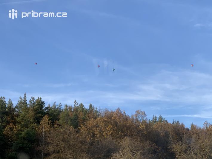 Ze čtyř horkovzdušných balonů dnes …