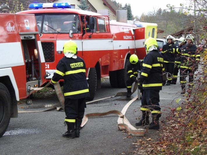 Několik desítek hasičů zasahovalo ve středu po …