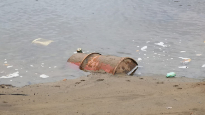 Břehy Orlické přehrady nyní díky odpadkům …