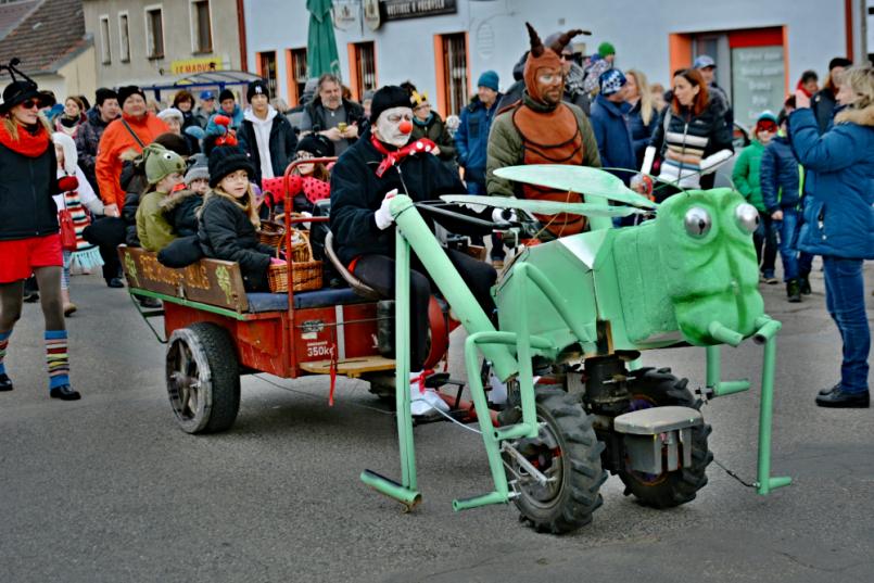 Zelená kobylka vezla na vozíku partičku malých …