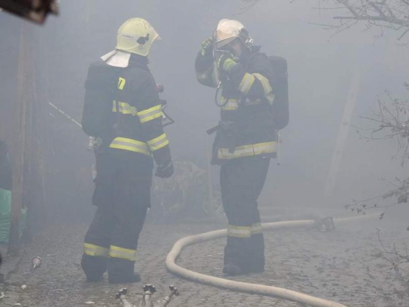 Hasiči likvidují požár kůlny vJincích na …