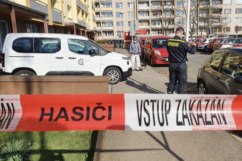 Hasiči dekontaminují bytové domy na Brodské. …