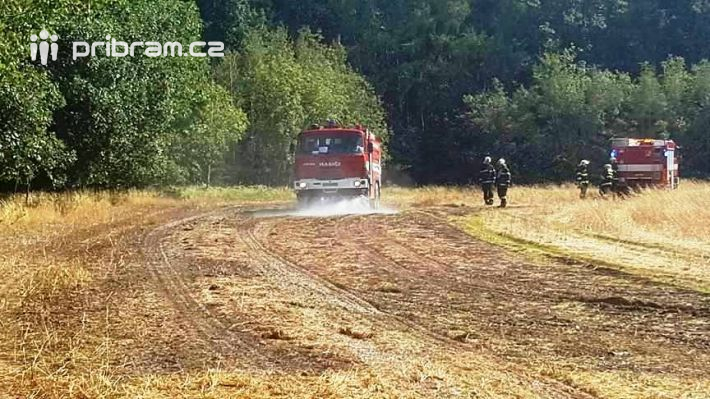 Několik hasičských vozů vyrazilo před několika …